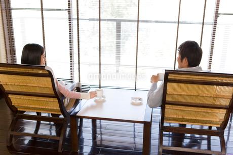 窓際で寛ぐカップルの写真素材 [FYI02964303]