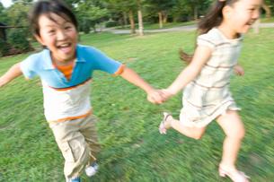 手をつないで走る子供の写真素材 [FYI02964309]