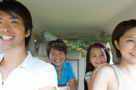 ドライブ中の家族の写真素材 [FYI02964448]