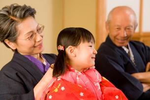 浴衣の女の子と祖父母の写真素材 [FYI02964494]