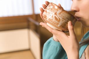 お茶を頂く口元の写真素材 [FYI02964646]