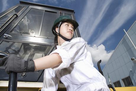 クレーンを操る女性作業員の写真素材 [FYI02964658]