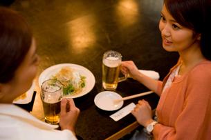 居酒屋で食事をするOLの写真素材 [FYI02964758]