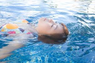 水に浮かぶビキニの女性の写真素材 [FYI02964789]
