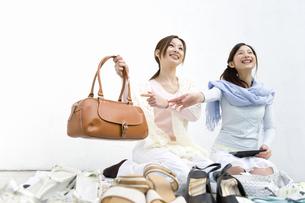 フリーマーケットの女性の写真素材 [FYI02964801]