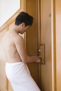 バスタオル一枚で閉め出された男性客の写真素材 [FYI02964819]