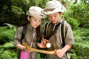 探検をする男の子と女の子の写真素材 [FYI02964839]