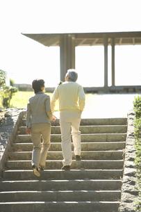 散歩する日本人夫婦の写真素材 [FYI02964865]
