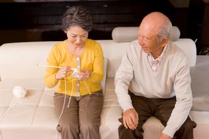 編み物をするシニア女性とシニア男性の写真素材 [FYI02964930]