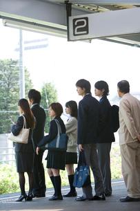 駅のホームで電車を待つ人々の写真素材 [FYI02964942]