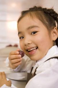 ぶどうを食べる女の子の写真素材 [FYI02964954]