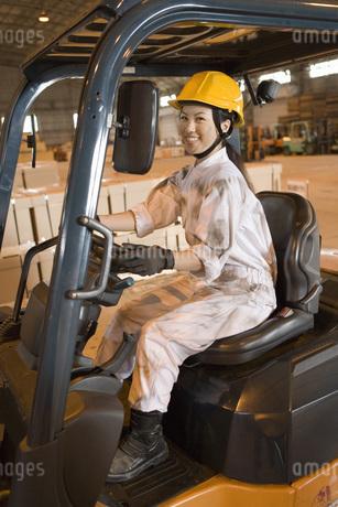 笑顔で運転する女性作業員の写真素材 [FYI02964982]