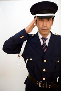 敬礼をする警備員の男性の写真素材 [FYI02965075]