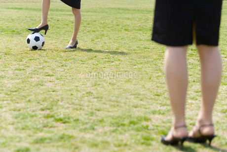 女性の足元とサッカーボールの写真素材 [FYI02965096]