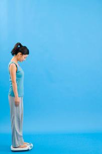 体重計にのった女性の写真素材 [FYI02965219]