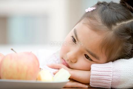 女の子とりんごの写真素材 [FYI02965245]