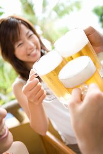 ビールで乾杯の写真素材 [FYI02965249]