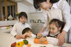 家族で調理の写真素材 [FYI02965276]