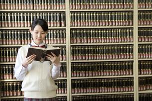 図書室で本を読む女子高生の写真素材 [FYI02965313]