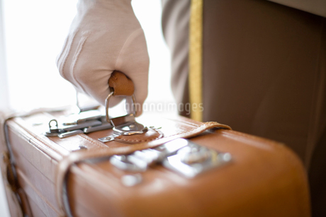 スーツケースを持つ手の写真素材 [FYI02965315]
