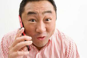携帯電話と男性の写真素材 [FYI02965330]