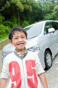 洗車中の男の子の写真素材 [FYI02965339]