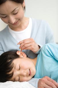 耳かきをする親子の写真素材 [FYI02965375]