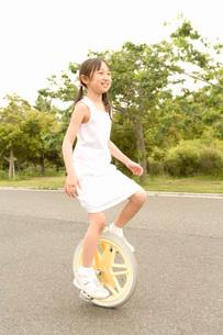 一輪車に乗る少女の写真素材 [FYI02965377]