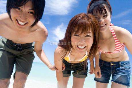 ビーチの若者の写真素材 [FYI02965405]