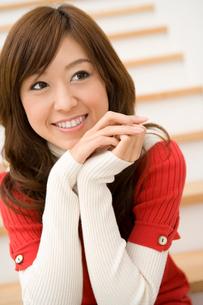 階段に座り微笑む女性の写真素材 [FYI02965416]