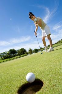 パットをする日本人ゴルファーの写真素材 [FYI02965430]