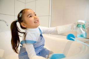 風呂掃除をする女の子の写真素材 [FYI02965437]