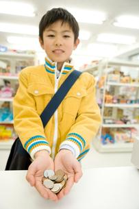 硬貨を持つ男の子の写真素材 [FYI02965493]