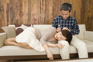 耳掻きをしている夫婦の写真素材 [FYI02965513]