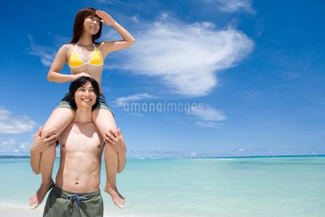 ビーチのカップルの写真素材 [FYI02965547]