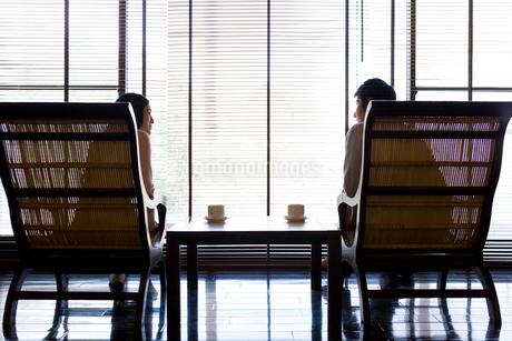 椅子で寛ぐカップルの写真素材 [FYI02965593]