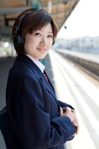 ヘッドフォンを付けた女子高生の写真素材 [FYI02965596]