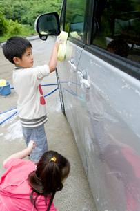 車を洗っている子供たちの写真素材 [FYI02965641]
