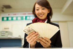 紙幣を数える女性の写真素材 [FYI02965724]