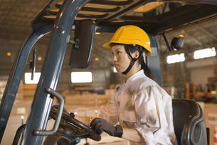 フォークリフトを運転する女性作業員の写真素材 [FYI02965727]