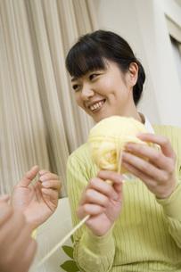 編み物をする女性の写真素材 [FYI02965769]