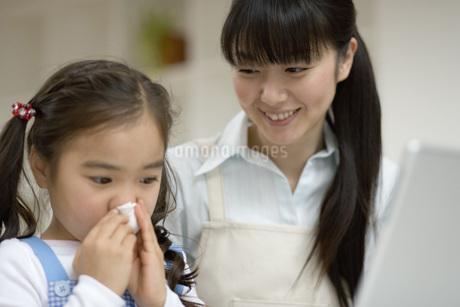 鼻をかむ女の子の写真素材 [FYI02965809]