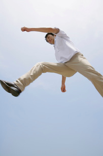 ジャンプする男性の写真素材 [FYI02965814]