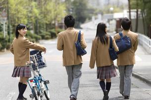 歩く高校生の後ろ姿の写真素材 [FYI02965834]