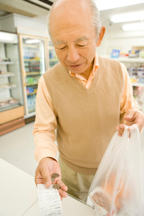 コンビニで買い物をするシニアの写真素材 [FYI02965861]