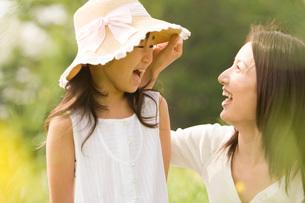 笑顔の親子の写真素材 [FYI02965868]
