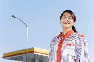 ガソリンスタンドの女性店員の写真素材 [FYI02965894]