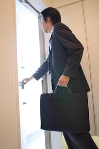 玄関を出るビジネスマンの写真素材 [FYI02965954]