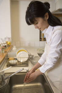 手を洗う女性の写真素材 [FYI02965959]