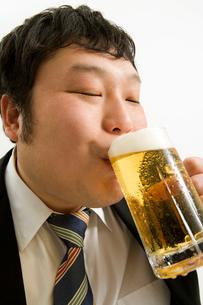 ビールを飲む肥満男性の写真素材 [FYI02965960]